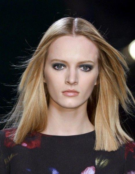 La technique du balayage est très prisée par les blondes car elle permet de faire jouer différents reflets. Cuivré, doré, caramel ou châtaigne, il existe de nombreuses nuances pour réchauffer ou sophistiquer une chevelure blonde. http://www.elle.fr/Beaute/Cheveux/coloration-cheveux/Envie-d-un-balayage-blond-pour-donner-du-relief-2865390
