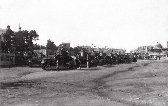 Yıl 1920, Fransız işgal kuvvetleri 14 Temmuz ulusal bayramlarını Taksim'de kutluyor