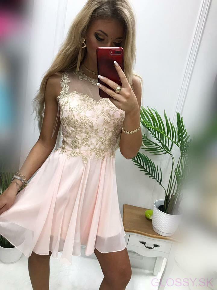 1e7b136d6 Ružové šaty so zlatým vyšívaným vzorom sú ideálnym doplnkom na spoločenské  udalosti. Nádherný biely vyšívaný