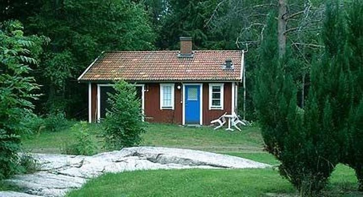 Mysig stuga i Västergötland med all sin enkelhet i. Så här ser många lantliga sommarstugor ut i Sverige