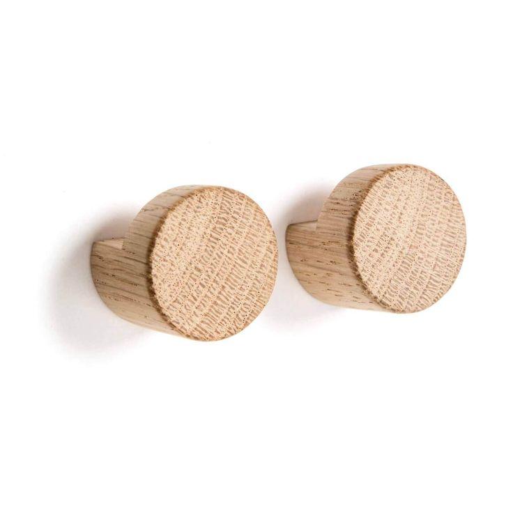 Deze mooie wandhaken zijn gemaakt van Scandinavisch eiken. Het eenvoudige ontwerp en het natuurlijke karakter van het hout maken deze haken tot een fraai de