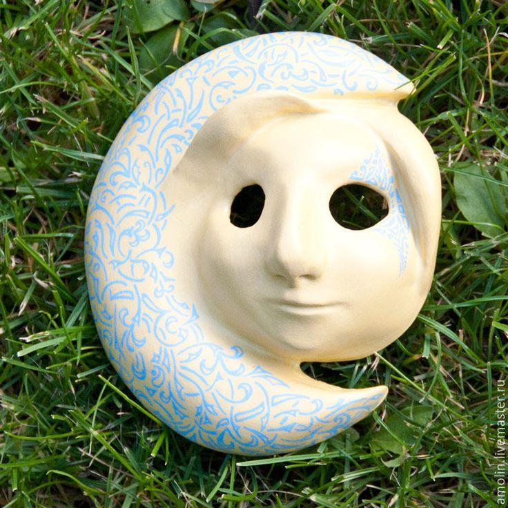 Купить или заказать Декоративное панно маска Луна с голубым орнаментом в интернет-магазине на Ярмарке Мастеров. Декоративное интерьерное панно - Маска Луна, с голубым орнаментом по светло желтому фону. Полностью выполнена вручную. Маска прекрасно подойдет как для украшения стены так и камина, полки, серванта и т.д. (с помощью подставки). Маска уникальна и по орнаменту и по форме. Черты ее 'лица' тоже индивидуальны. Я не использую в работе шаблонов и каждая работа обладает своими собственными…