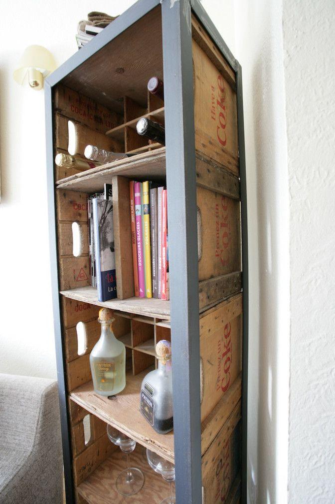 De vieilles caisses en bois utilisées pour ce meuble dans un style industriel