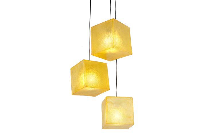 Χειροποίητο φωτιστικό από fiberglass, σε σχήμα κύβου. Μπορεί να χρησιμοποιηθεί ως φωτιστικό τραπεζιού ή οροφής.  Διαστάσεις: 20 x 20cm Xρώμα: Υellow Gold/Κίτρινο-πορτοκαλί  Ως κρεμαστό φωτιστικό, δίνει φως και άποψη στο χώρο. Ως επιτραπέζιο φωτιστικό, μπορεί να τοποθετηθεί σε όλους τους χώρους (ακόμα και σε εξωτερικό), σε ράφι ή στο πάτωμα, ενώ μπορεί να χρησιμοποιηθεί και σαν night light σε παιδικό δωμάτιο.