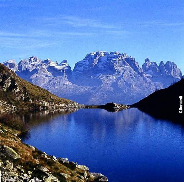 """Comprende quasi interamente il Igruppo dolomitico del Brenta ed il Gruppo Adamello-Presanella. Celebre la Valle di Tovel assieme all'omonimo """"Lago Rosso"""