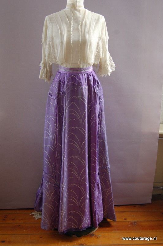 Ensemble, blouse van wit tule/kant en rok van paarse zijde met wit sprietmotief (1900E006)