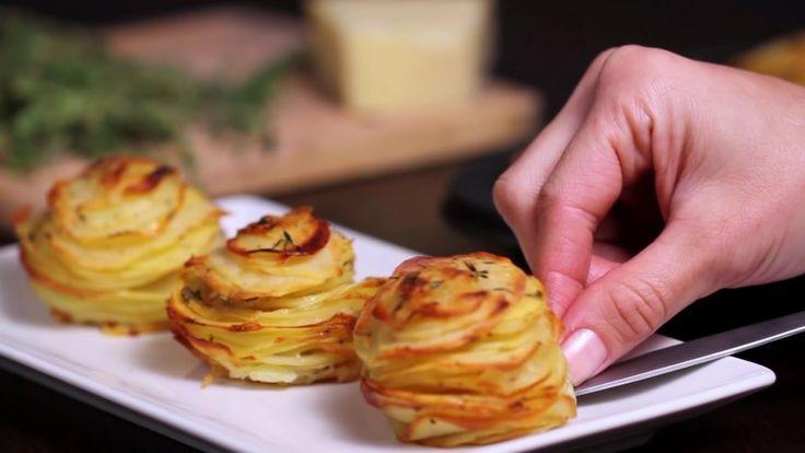 Esta mestre-cuca empilha fatias de batata numa forminha de empada. Quando o prato sai do forno, seus clientes ficam perplexos.