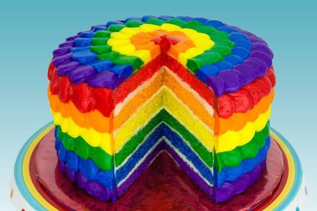 Facile da preparare, fresca e ricca di vitamine, la torta arcobaleno o rainbow cake è composta da vari strati di pan di spagna colorati alternati a gustose creme a base di burro o panna montata.