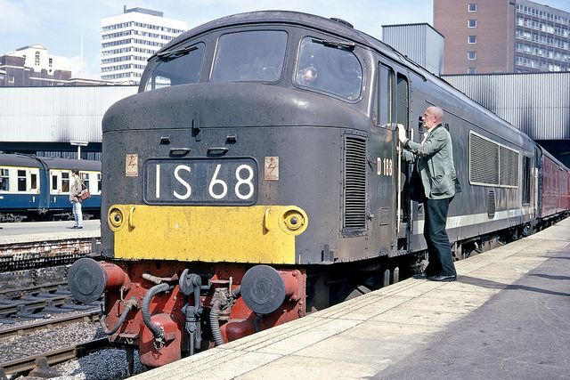"""BR/Sulzer/Brush Type 4 1Co-Co1 no. D188 ready to head north with the St Pancras - Glasgow """"Thames Clyde Express"""" at Leeds City. 29th August 1967"""