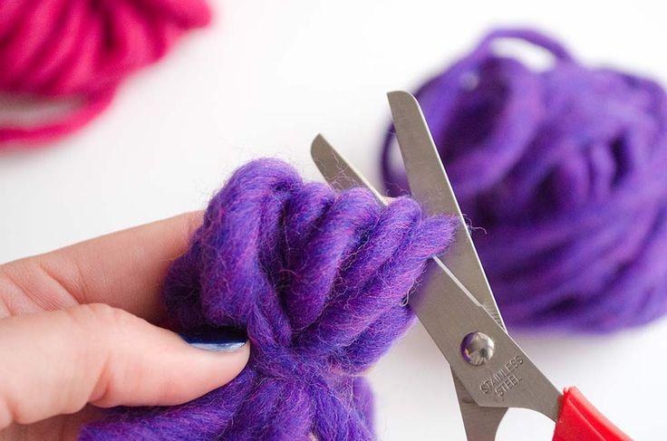 Vous savez sûrement comment faire un pompon en laine avec du carton, mais vous ne savez peut-être pas qu'il existe beaucoup d'autres façon de le faire.