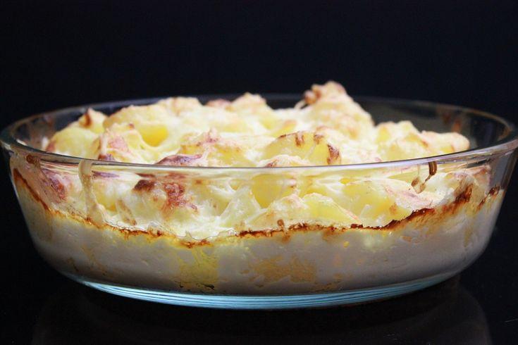 Fløtegratinerte poteter til å spise opp...! Disse ble kjempegode, om jeg så må få si det selv :)Oppskrift til 6 porsjoner (ifølge denne listen til Matprat)1 kg kokte poteter30 g hvitløk (hele knuste fedd)150 g creme fraiche150 g fløte60 g parmesanrevet ost til toppen (type og mengde etter smak)litt salt ...