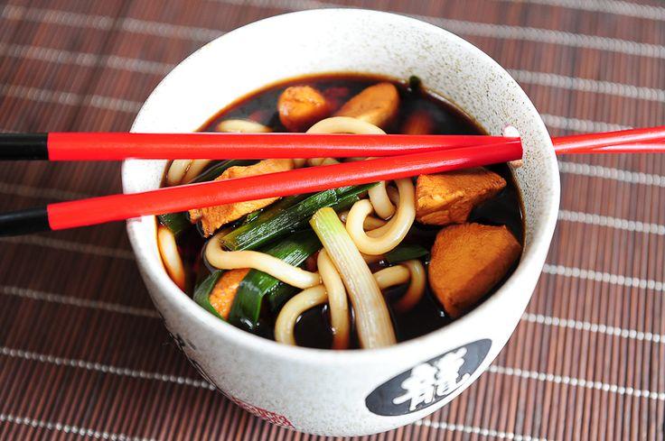 Kolejna zupa o smaku typowym dla Japonii, którą błyskawicznie przygotujesz i równie błyskawicznie zjesz. Tym razem z makaronem udon. Do jedzenia makaronu używaj pałeczek, a do reszty łyżki (jedzenie makaronu udon łyżką to nie lada sztuka, której my nie posiedliśmy…