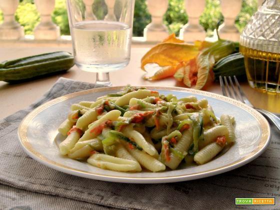 Pasta con fiori di zucca e zucchine #ricette #food #recipes