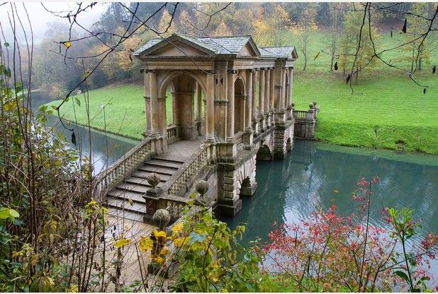 The impressive Palladian Bridge at Prior Park against a backdrop of autumnal morning mist. Bath, UK