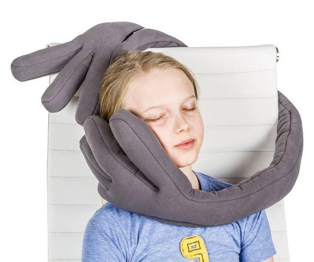 La almohada de viaje 'MonPère' se agarra a  ti para descansar ergonómicamente