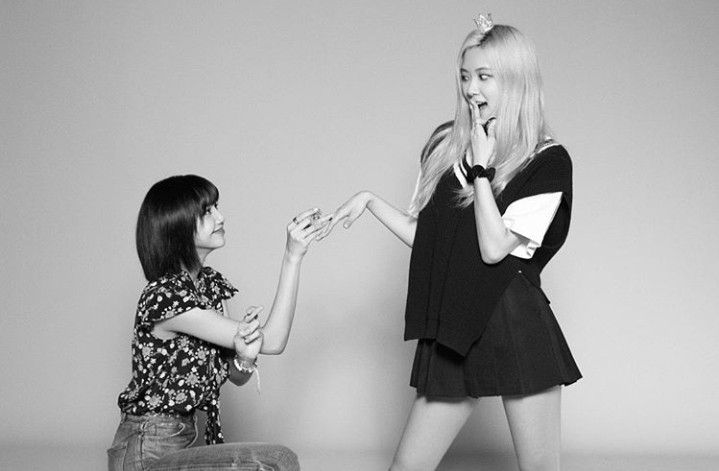 Lisa Proposing to Rosé so Cute Heheh. 😁😊 | Blackpink, Blackpink fashion,  Blackpink photos