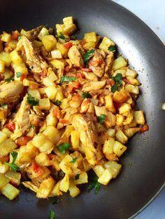 Esta es un receta con atún enlatado en la que hemos agregado una crujientes papas fritas en cuadraditos, cebolla, tomate...   unbocadomas.com
