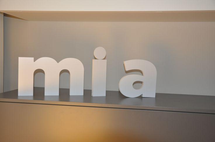 Arredare con le lettere non è mai stato così facile! Bond Italia ama il lettering e offre la possibilità di ordinare on line la frase o la scritta che vuoi!