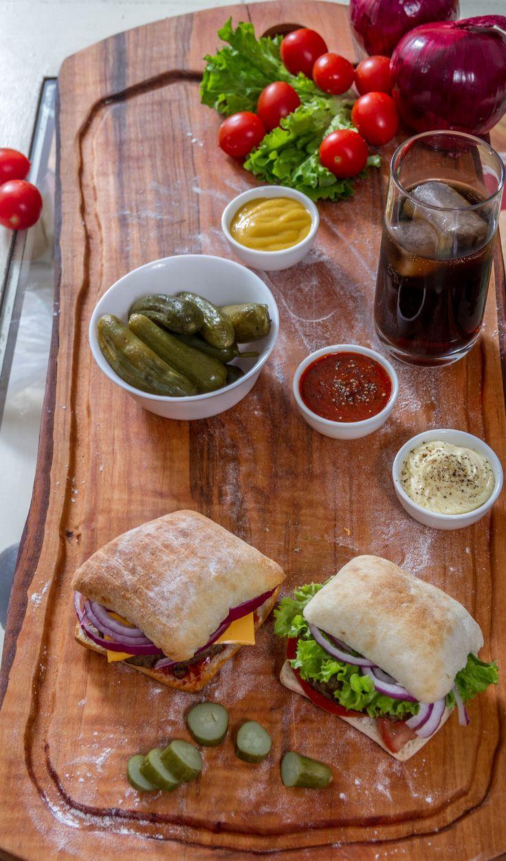 Para todos los gustos.  Ya seas vegetariano o no, puedes compartir el sabor de las ciabattas recién horneados con todos los ingredientes que desees.