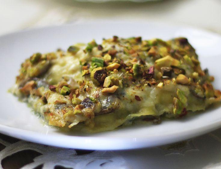 Lasagne funghi e roquefort con gratinatura al pistacchio. Un piatto gourmet squisito, armonioso, ricercato e di semplice realizzazione.