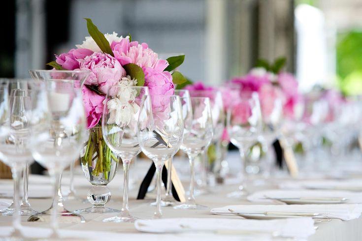 Tischdeko in Pink wünscht sich fast jede Frau für ihre Hochzeit. Entdeckt tolle Beispiele und lasst euch inspirieren. | Ideen und Inspirationen
