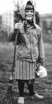 What day went Easter witches to Blåkulla? Translate from Swedish//  Kort svar:Resor som häxor gjorde till Blåkulla förlades ofta till skärtorsdagen eller till påskafton – därav namnet påskkärringar. Även dymmelonsdagen förekom som avresedag. Att tro på övern…