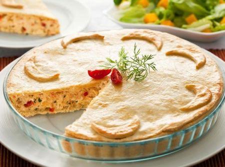 Receita de Empadão de bacalhau - 1 tablete de fermento biológico fresco (15 g), 1 colher (chá) de açúcar, 2 colheres (sopa) de queijo ralado, 1 tablete de manteiga em temperatura ambiente (200 g), 1 ovo, 1/2 xícara (chá) de leite, 1 colher (chá) de sal, 4 xícaras (chá) de farinha de trigo (480 g), 1 colher (sopa) de azeite, 1 colher (sopa) de manteiga, 2 dentes de alho, 1 cebola picada, 2 tomates sem pele e sem sementes, 400 g de bacalhau dessalgado, cozido, desfiado e sem espinhas, sal e…