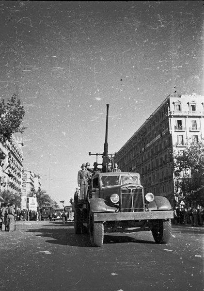 Spain - 1938. - GC - Despedida de las Brigadas Internacionales en Barcelona. En primer plano un camión equipado con un cañón antiaereo