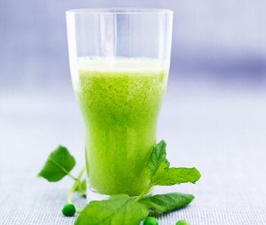Ärtor i frysen? Drick dem som juice! Tillsammans med melon, lime och massor av mynta smakar Ärtcrushen nästan som en alkoholfri drink. Men kom ihåg att tina ärtorna först!