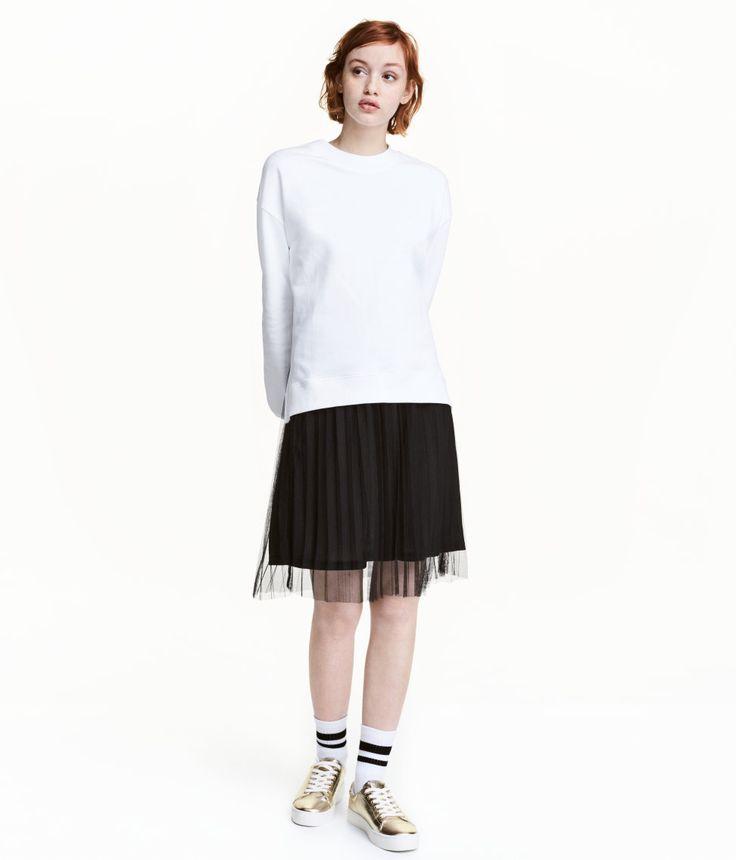 Kolla in det här! En knälång, veckad kjol i tyll. Kjolen har resår i midjan. Fodrad.  - Besök hm.com för ännu fler favoriter.