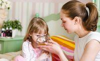 (Zentrum der Gesundheit) – Ob Erkältung, Bauchschmerzen, Schürfwunden oder juckende Insektenstiche – altbewährte Hausmittel gibt es für jedes Wehwehchen. Sie kosten wenig, sind fast immer zu Hause vorrätig und helfen meist sogar besser als teure Medikamente. Wir haben für Sie die besten Hausmittel für Kinder zusammengestellt, damit Sie sich auch am Wochenende oder mitten in der Nacht zu helfen wissen, falls Ihrem Kind etwas fehlen sollte. Schon allein das Wissen um die eigenen Fähigkeiten…