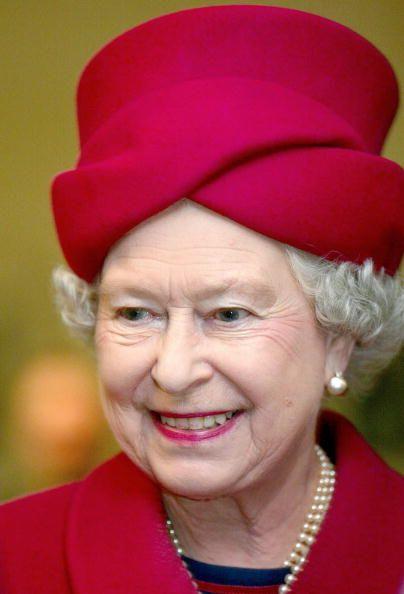 ♕ Queen Elizabeth, 2004. Very nice style for Queen Elizabeth II.