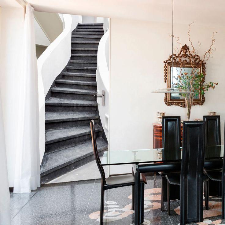 Tapeta na drzwi z przestrzennym motywem schodów