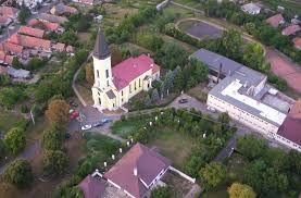 Galgamácsa látképe: Templom és az iskola