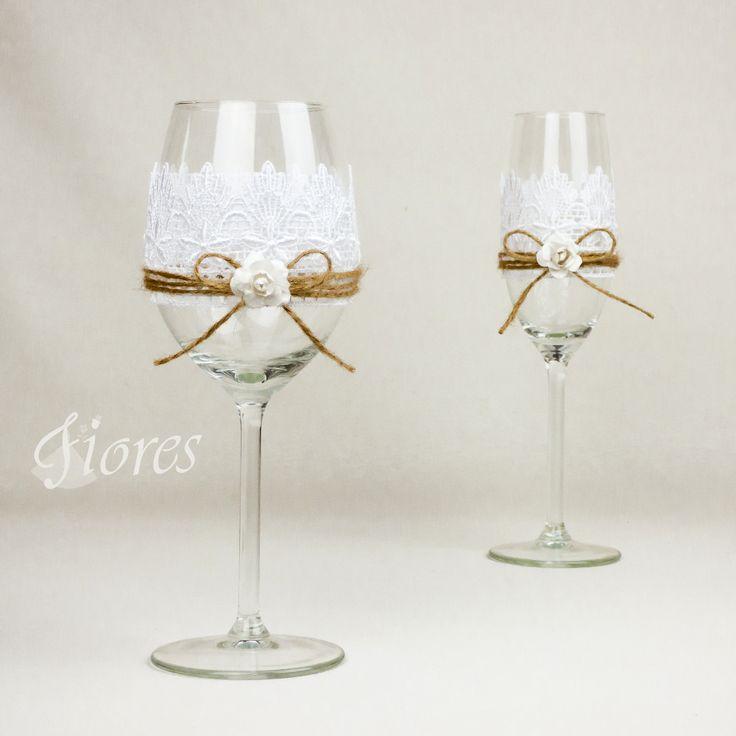 """Svadobné poháre """"Pohladenie luxusu""""  jedinečná a my túžime, aby ste sa tak cítili v každej maličkosti. Vytvorili sme pre Vás tento svadobný pohár, ktorý nemusí zostať iba kusom skla, ale verte či nie dokáže o Vás veľa vypovedať."""