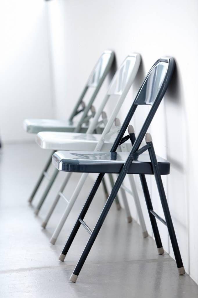 De grijze klapstoel van House Doctor is gemaakt van staal. De afmetingen zijn: 46x46x79 cm en de stoel heeft een zithoogte van 46 cm.