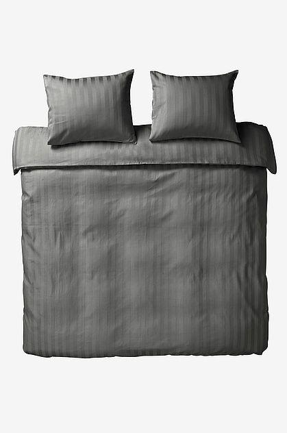 Mjuk och tätvävt påslakanset i satin med glansig lyster. Sängkläder i satin passar dig som önskar en lyxig sovupplevelse, precis som på hotell fast hemma! Material: 100% bomull.           Storlek: Påslakan 220x210 cm, 2 st örngott 60x50 cm.          Beskrivning: Enfärgat påslakanset i 3 delar i satin med vävda ränder ton-i-ton. Trådtäthet på 215 tc. Trådtätheten talar om antalet trådar, thread counts, per kvadrattum i ett tyg. Ju högre trådtäthet desto högre kvalité). Öppning i övre hörnen…
