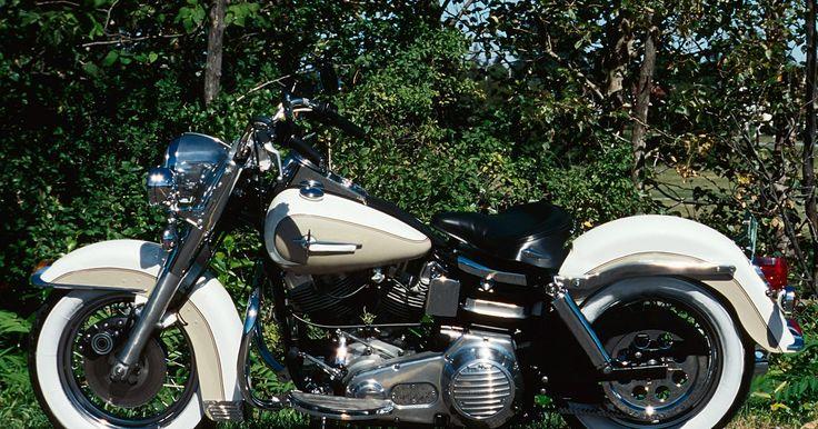 Cómo limpiar el carburador de una Yamaha Virago. Las motocicletas Virago de Yamaha se fabricaron desde 1981 hasta 1996. Esta larga producción de motocicletas de crucero tuvieron diferentes motores, transmisiones, cuerpos y variaciones de potencia a lo largo de los años. Sin embargo, algo constante fue su necesidad de mantenimiento regular. Si el motor de tu motocicleta empieza a funcionar ...