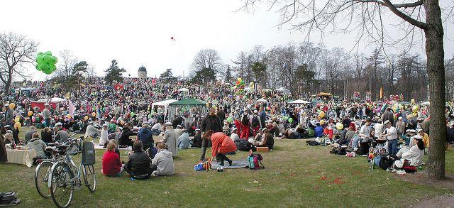 Perinteisiä vappujuhlallisuuksia Kaivopuistossa. https://www.flickr.com/photos/tietoukka/2441022254/