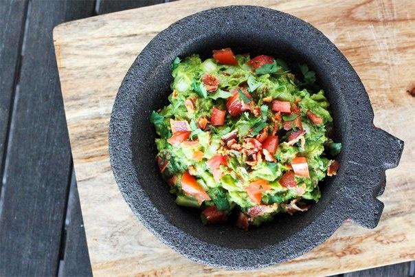 Соус гуакамоле с беконом и томатом
