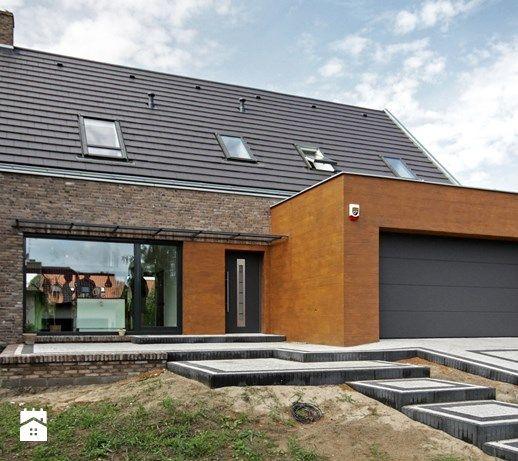 Aranżacje wnętrz - Domy: ATRAKCYJNY 1 - realizacja projektu - Małe jednopiętrowe domy jednorodzinne z dwuspadowym dachem murowane, styl nowoczesny - DOMY Z WIZJĄ - nowoczesne projekty domów. Przeglądaj, dodawaj i zapisuj najlepsze zdjęcia, pomysły i inspiracje designerskie. W bazie mamy już prawie milion fotografii!