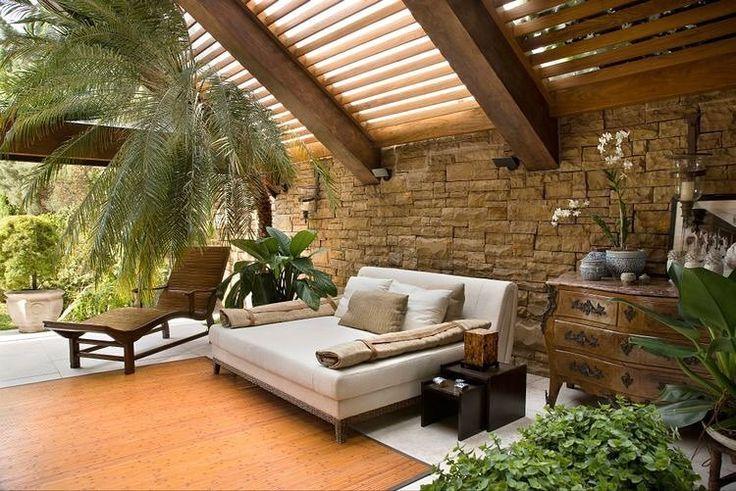 E a cobertura com pergolado de madeira só poderia abrigar um lugar aconchegante assim {Projeto Ana Maria Vieira Santos}