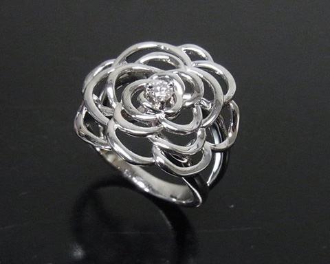 Kojima Jewelry Arts お花をモチーフにしたリングをご紹介します。先日ご紹介したお花のリングは花びらの部分にダイヤ入れ豪華に仕上げていました。 本日ご紹介のリングはセンターに1粒だけダイヤを留めた、とてもシンプルな指輪です。 CADでデータを作成し3Dプリンターで造形しました。 花びらの部分は少しずつ段差をつけて立体感を出しています。 スクールではスタッフが色々なことにチャレンジしながら、日々新しい技術を生徒に伝えられるように頑張っていますよ。