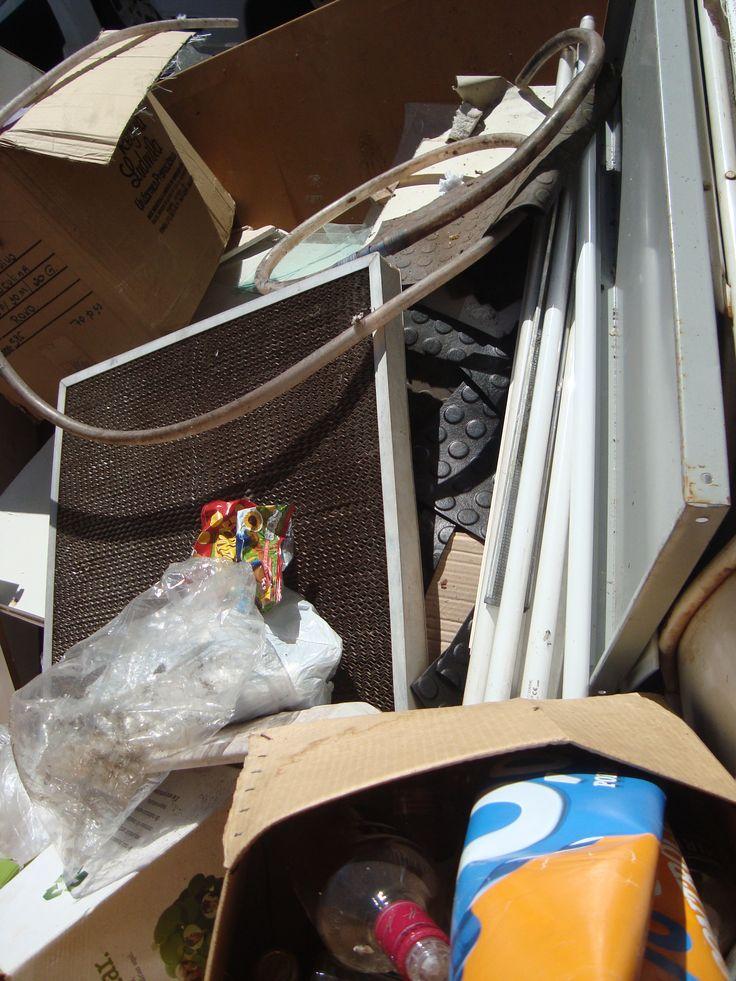 descarte irregular de resíduos em caçamba autorizada a receber apenas entulho
