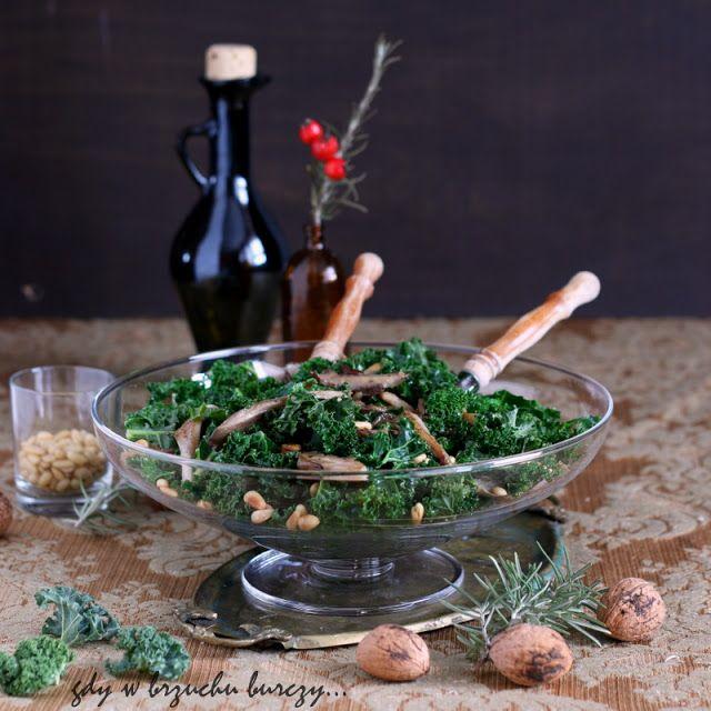 Jarmuż z boczniakami i prażonymi orzeszkami piniowymi
