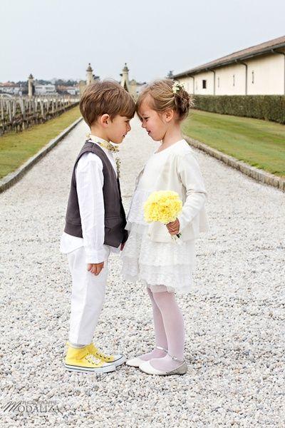 Enfants d'honneur avec LE détail jaune pour un mariage estival ou printanier.