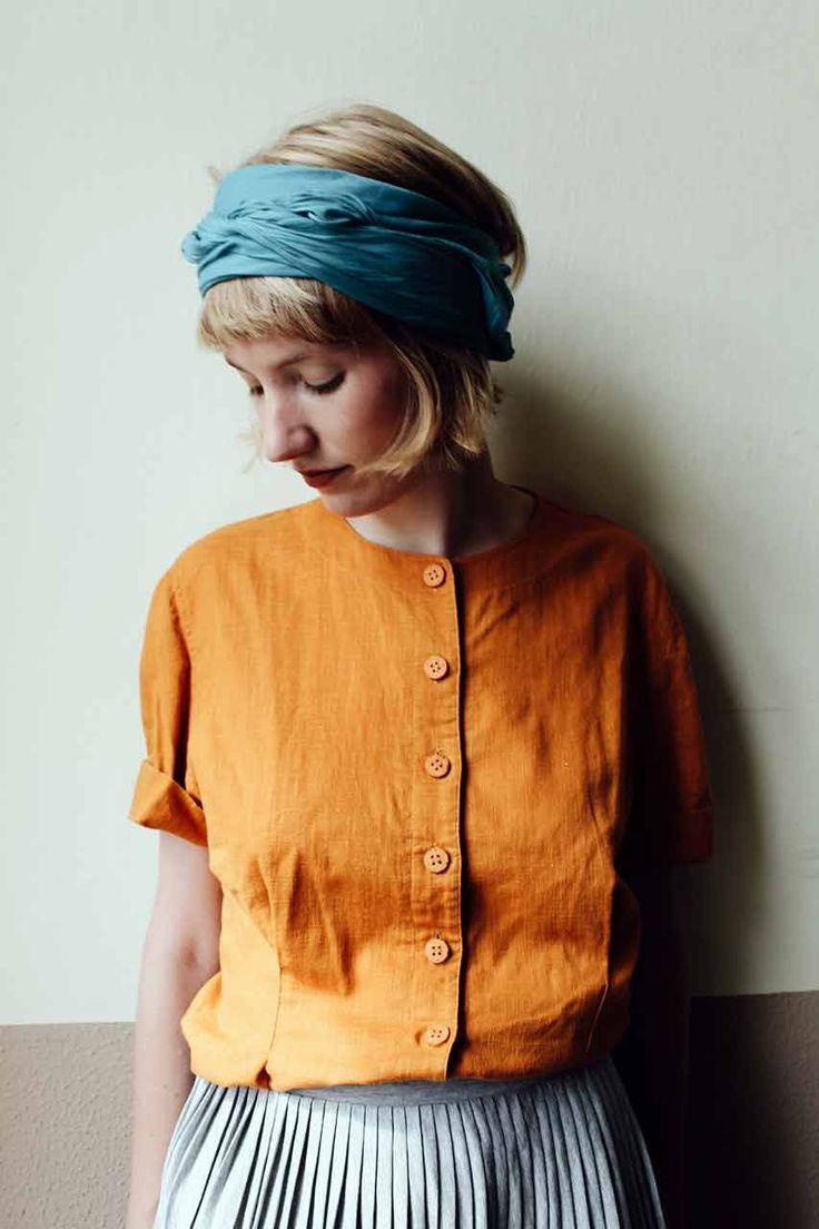 Die Bluse Mariene stammt aus dem textilen Hab und Gut von Frau Annette. Besonders schön an diesem Vintage Unikat ist der Farbton aus Orange und Ocker. Hinzu kommt die betonde Taille und die schlichte, aber dennoch besonders hübsche Knopfleiste. All das zaubert die Bluse aus 100% Baumwolle zu einem wunderbaren Begleiter im Alltag.