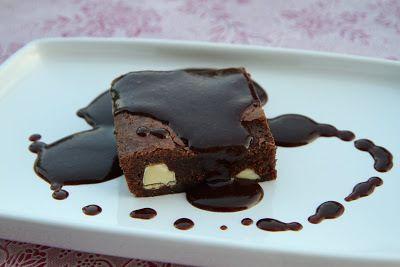 Brownies med vit choklad och chokladsås