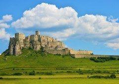 スロバキア東部にある廃墟の城スピシュ城はまるでジブリ作品の天空の城ラピュタの世界のようなスポットです 丘の上に堂々と佇んでいるその城は荘厳な雰囲気のお城 現在は廃墟になっていますがその美しさには見とれてしまいます tags[海外]