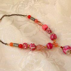 Collier court rose; blanc; orangé; cuivré; asymétrique; pendentif perle ronde doré craquelé